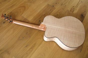 Jumbo Stahlsaiten-Gitarre - BodenExtrem-Cutaway, Fanned Frets, Armauflage und Zargenschalloch