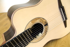 klassische Gitarre 8 Saiten fanned frets cutaway tonabnehmer