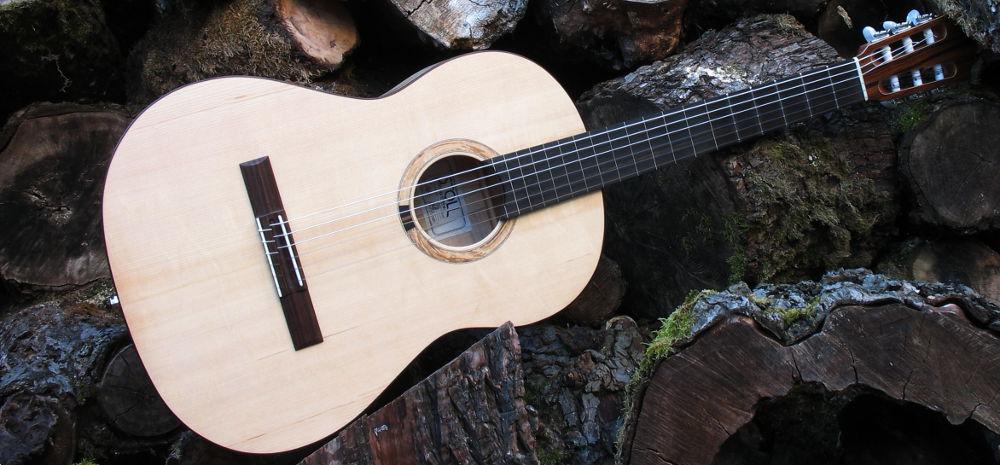 klassische Gitarre teil-bundiert Primera Custom - quer