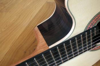 Kleine Nylonsaiten-Gitarre Mensur 55 cm Cutaway Hochglanz-Lackierung - Hals-Korpus-Übergang