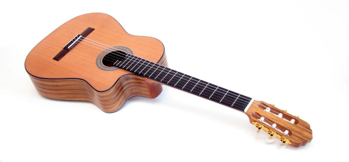 Gitarrenbau Christian Stoll: Konzertgitarre mit Cutaway Alegra indische Walnuss Zeder