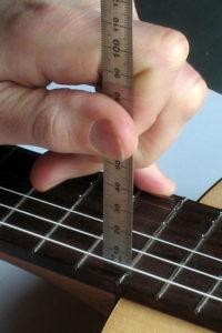Gitarrenbau: Saitenabstand Saitenlage messen