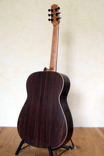 Steelstring-Gitarre mit Armauflage, Griffbretteinlagen und Tonabnehmer Ambition Custom
