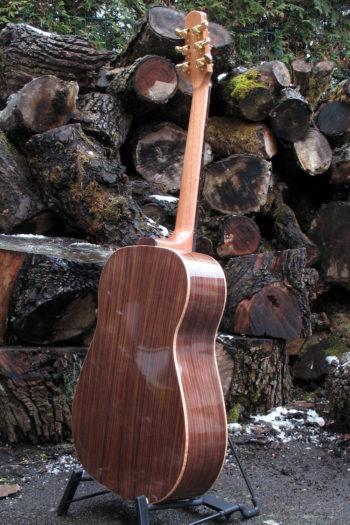 Stahlsaiten-Gitarre mit Hochglanz-Palisander-Korpus und goldenen Mechaniken - Boden