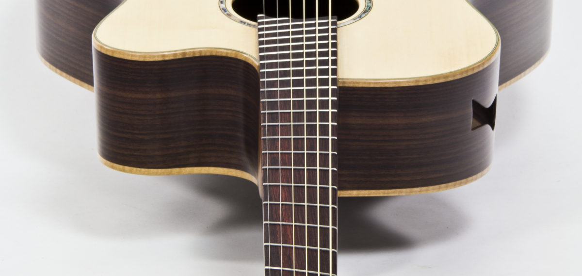 Gitarrenbau Christian Stoll: Jumbo Stahlsaiten- Gitarre mit Cutaway Zargenschalloch Armauflage und Fanned Frets IQ