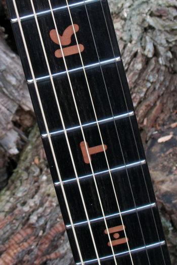 Gitarrenbau Christian Stoll: Stahlsaitengitarre Griffbretteinlagen Buchstaben aus Holz