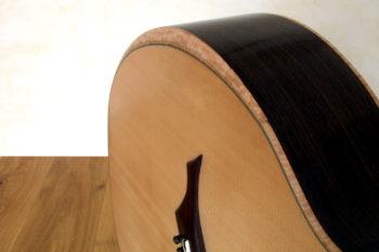 Bariton Jumbo Steelstring mit Zargenschallloch Cutaway Anthem Pickup Bevel Fan Frets - Bevel