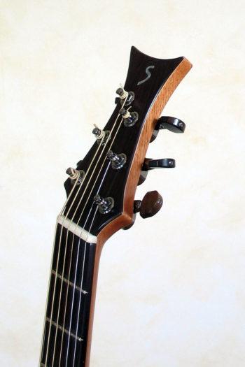 Bariton Jumbo Steelstring mit Zargenschallloch Cutaway Anthem Pickup Bevel Fan Frets - Kopf