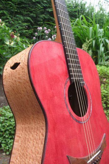 Gitarrenbau Christian Stoll: Sonderanfertigung Stoll Ambition - Korpus aus indischer Silbereiche mit rot lasierter Decke aus Haselfichte