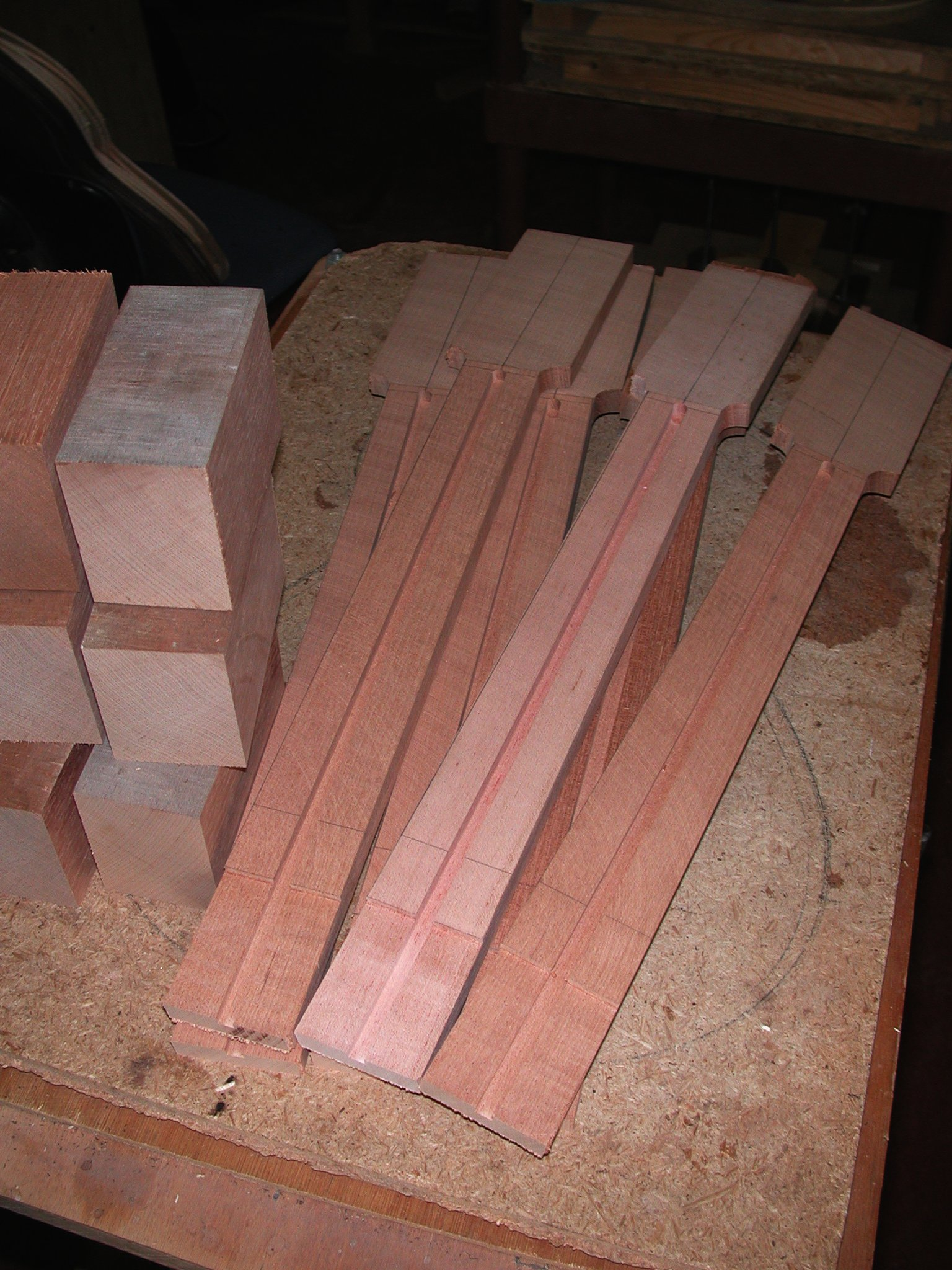 Neck: The neckwidth is fixed, the ledge for the top is milled