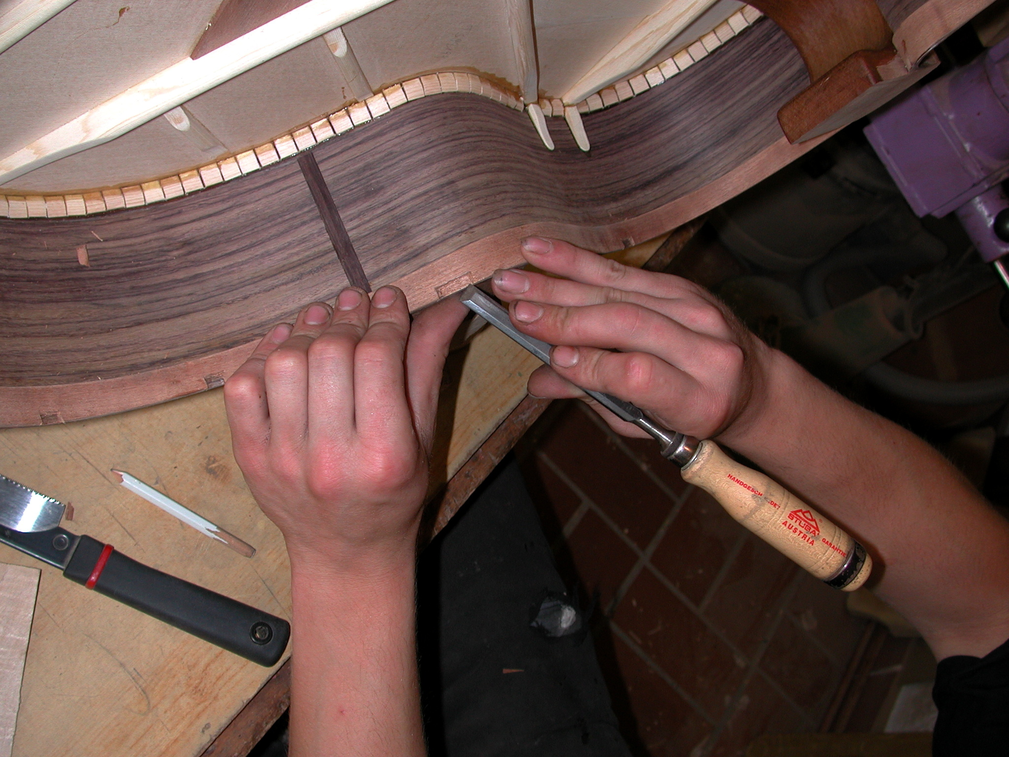 Sides: The backbracing is fitted into the linings.