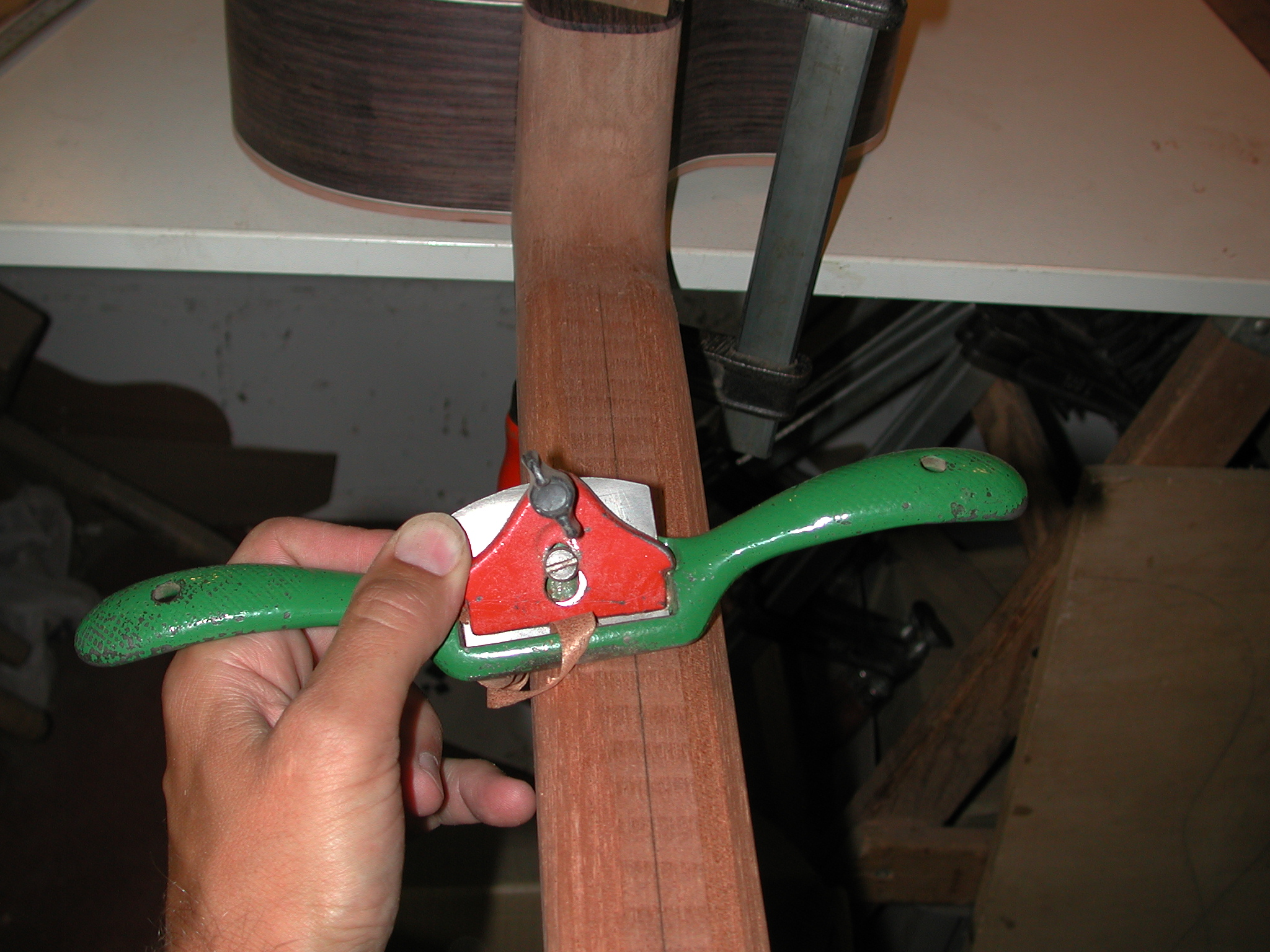 Neck: Shaping the neck roughly.